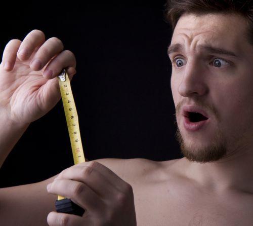 un bărbat cu un penis strâmb femeie având penis