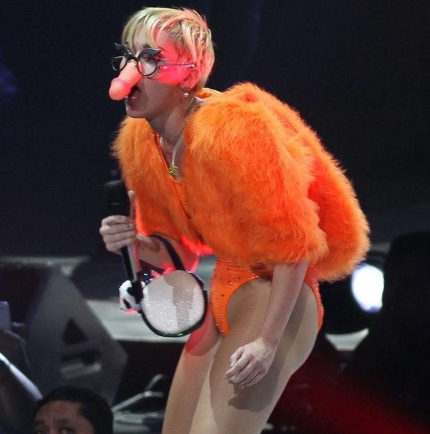 Miley Cyrus cu un penis dop de penetrare penis dublu