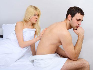fără erecție în pat cu o femeie